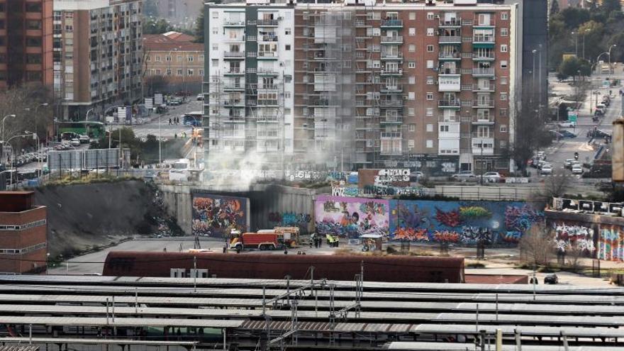 Equipos de bomberos trabajan en el incendio dentro del túnel situado bajo la calle Mauricio Lejendre, hoy sábado en Madrid, próximo a la Estación de Chamartín, se desconocen las causas del mismo..