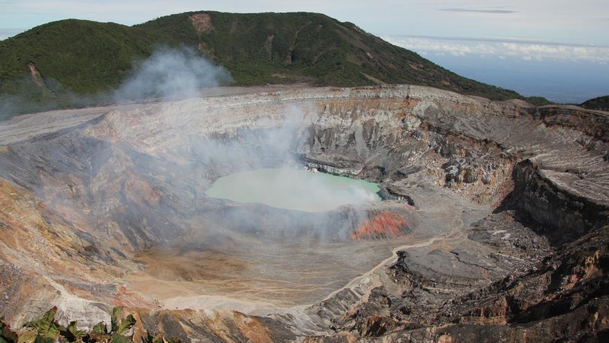 Cráter del volcán de Poás. Patty Ho