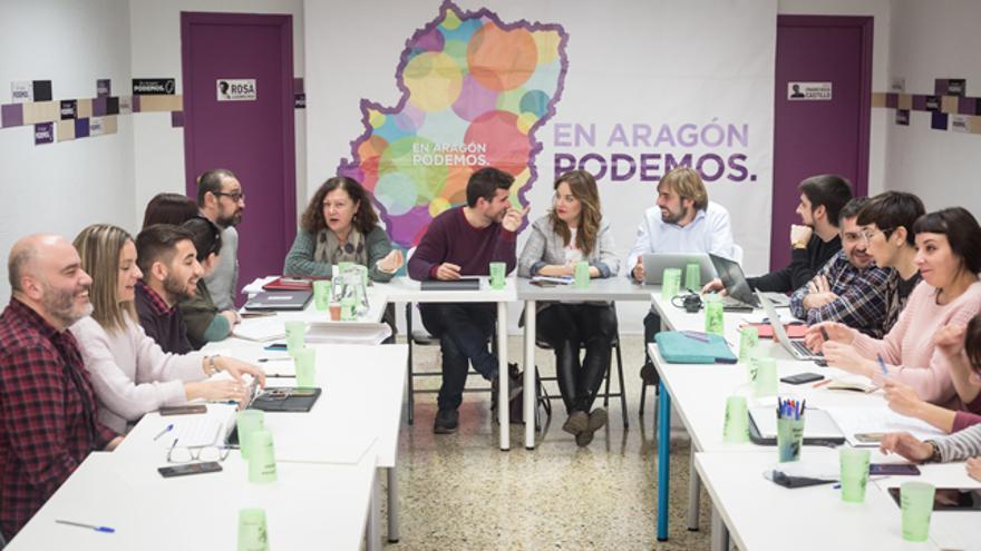 Los secretarios generales de Podemos Baleares (Mae de la Concha), Aragón (Nacho Escartín) y Asturias (Daniel Ripa) presiden la reunión de Zaragoza.