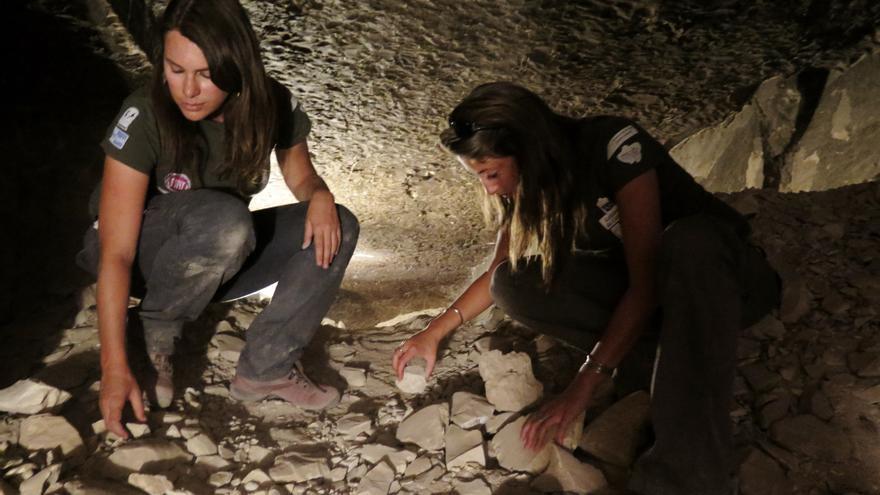 Milagros Álvarez (izquierda) e Irene Morfini trabajando en la tumba de Min. Foto: Edu Marín.