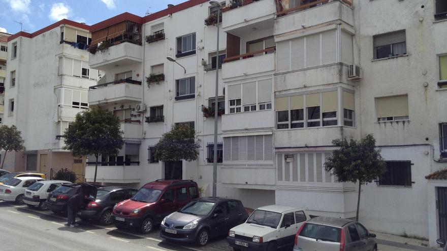 Edificio del barrio de La Orden, en Huelva, con cuatro alturas sin ascensor.