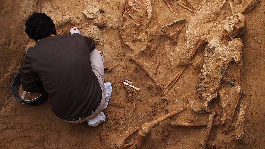 Trabajo arqueológico en la fosa común de Puerto Real (Cádiz).