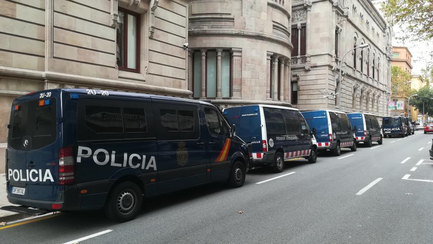 Furgones de la Policía Nacional frente al Palacio de Justicia
