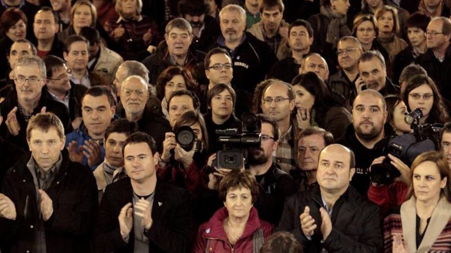 Rufi Etxeberrria, Hasier Arraiz, y Andoni Ortuzar, entre otros, al termino de la manifestación / EFE