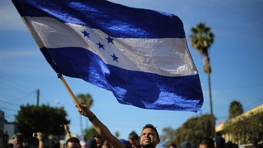 Grupos de personas tratan de cruzar la garita El Chaparral, de la ciudad de Tijuana, en el estado de Baja California (México).