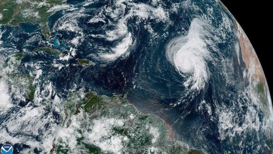 Fotografía tomada a las 10:20 horas locales (14:20 GMT) cedida el pasado viernes por la Administración Nacional Oceánica y Atmosférica (NOAA) por vía del Centro Nacional de Huracanes (NHC) donde se muestra a la tormenta Karen (i c) y el huracán Lorenzo (abajo dcha.).