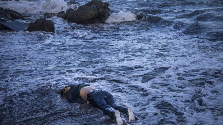 Un cuerpo yace en una playa del norte de la isla de Lesbos, Grecia