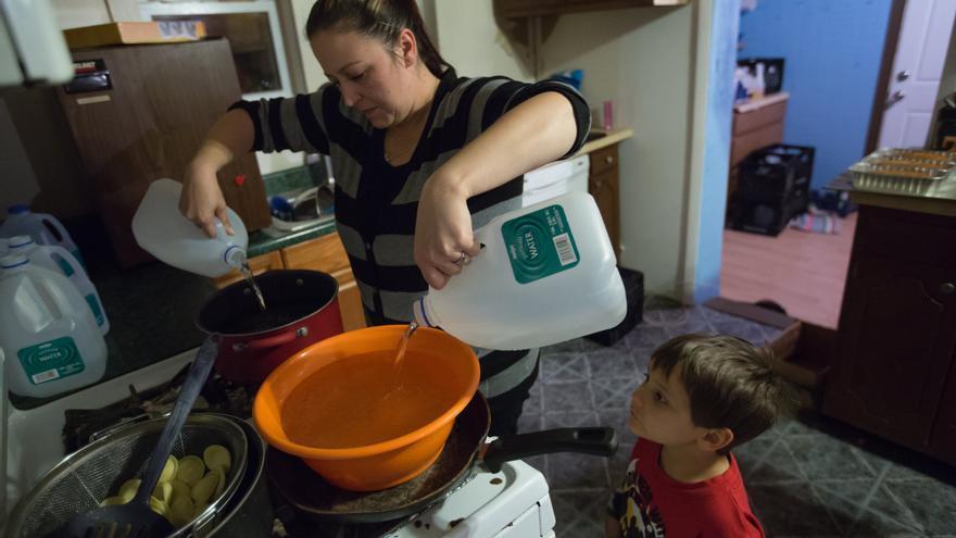 Los habitantes de Flint usan agua envasada para beber, para cocinar y hasta para bañarse.