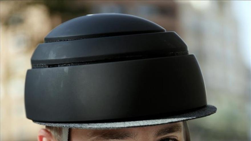 El casco plegable valenciano se hace un hueco en la moda ciclista de EEUU