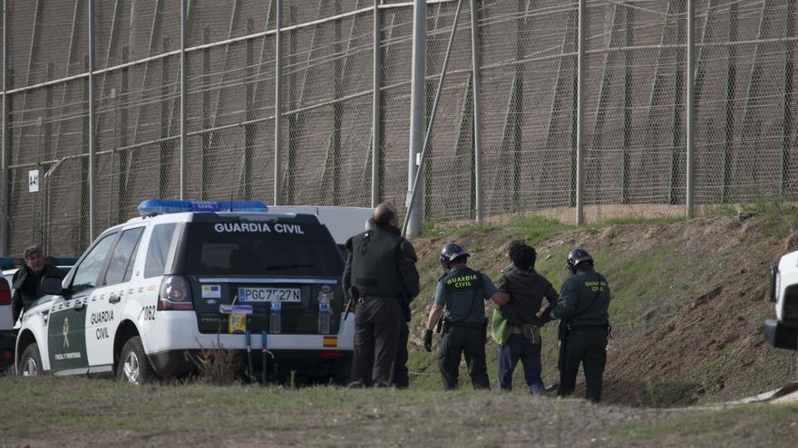 Imagen de archivo: Varios agentes de la Guardia Civil en el momento de la ejecución de una devolución en caliente el 15 de octubre de 2014 en la valla de Melilla / Foto: Robert Bonet