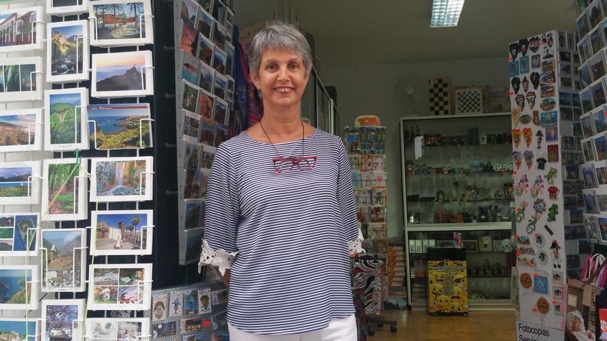 Bibi Bethencourt en la puerta de su bazar, en la calle Trasera. Foto: LUZ RODRÍGUEZ.
