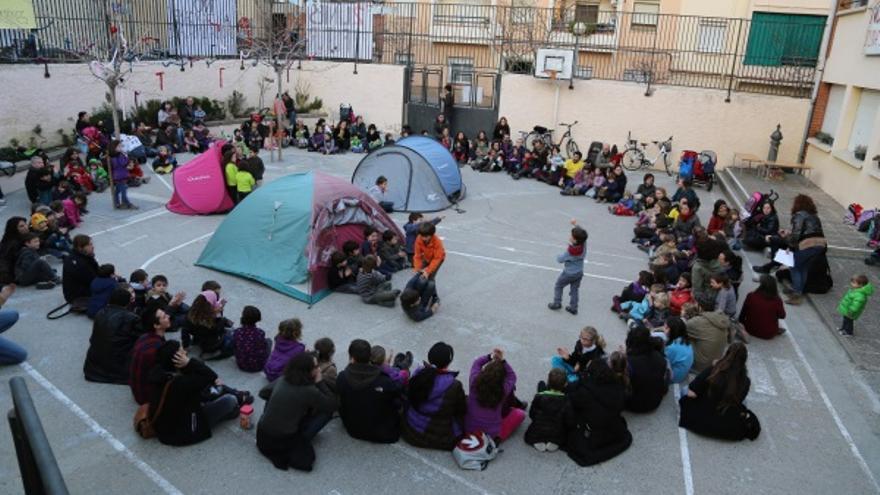 En la escuela Joan Corominas de Mataró las familias organizaron una acampada la semana pasada para protestar contra el cierre de una de sus lineas de infantil. (Foto: Quim Puig)