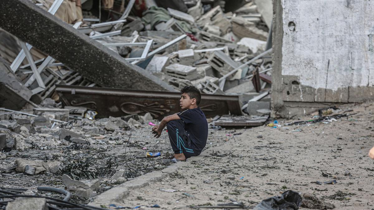 Un menor observa las ruinas de los bombardeos de Israel en la Franja de Gaza.