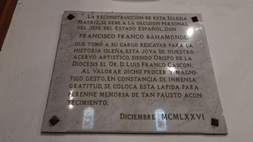 Texto sobre mármol en el que se alaba el papel del dictador, en una pieza colocada en el interior del recinto