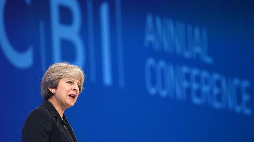 """May recibe a empresarios europeos para hablar del """"brexit"""""""