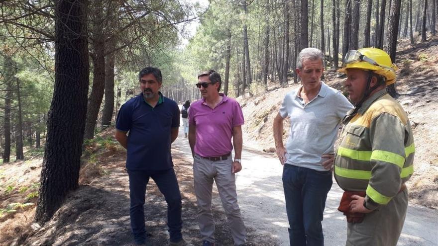 Autoridades visitan la zona del incendio en Gavilanes (Ávila)