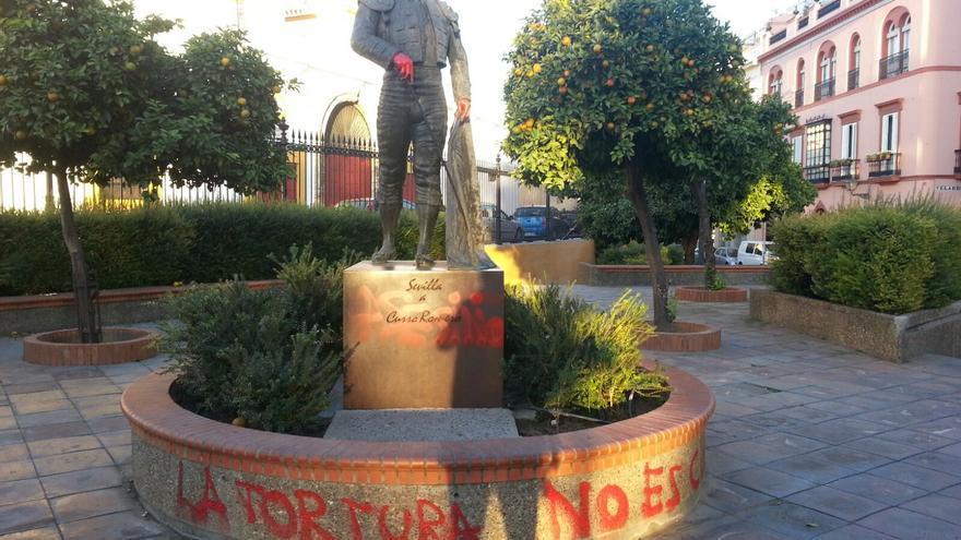 Pintadas antitaurinas en el monumento a Curro Romero junto a la Maestranza