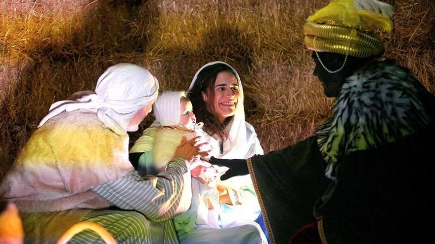 Cinco mil personas desbordan Oncala (Soria) para seguir su Belén viviente