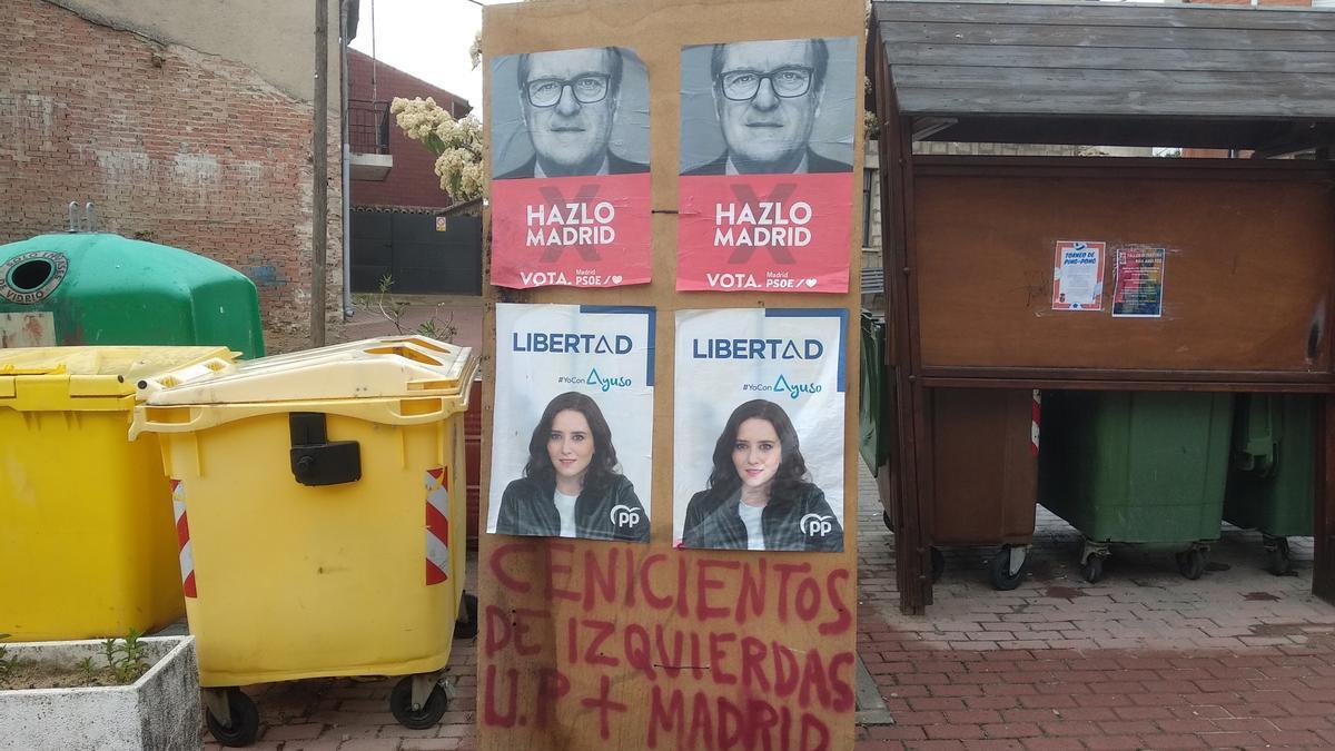 Carteles electorales en Cenicientos.
