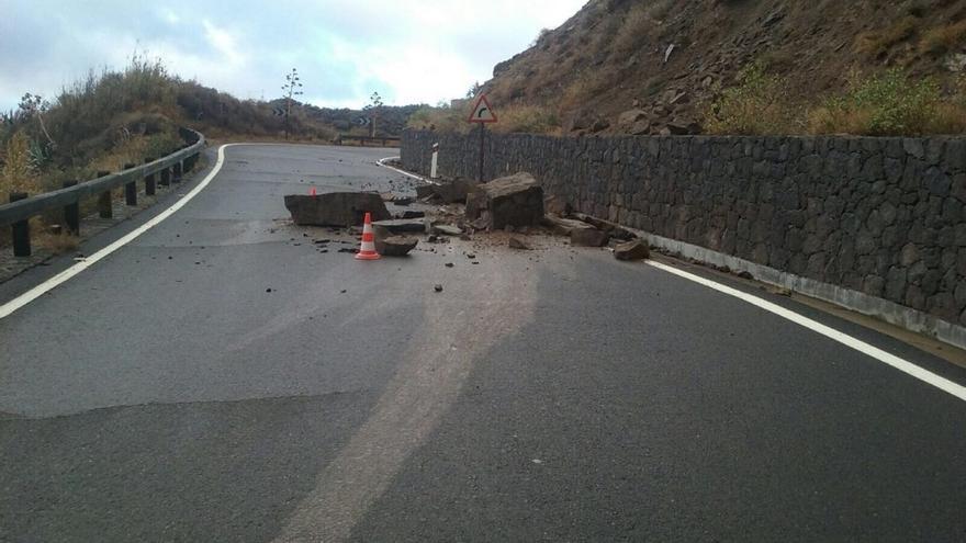 Las lluvias provocan desprendimientos sobre varias carreteras de Gran Canaria.