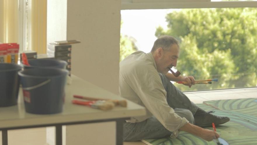 Fernando Bellver en su diálogo con su obra Las Ciudades de San Borondón. Foto: Enróllate Films.