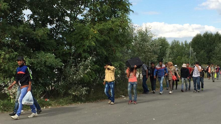 Refugiados que han logrado escapar del punto de retención de la frontera deambulan en busca de la ruta a Budapest / Olga Rodríguez