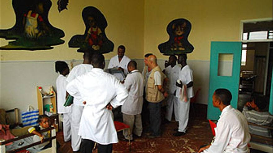 Doctores cameruneses atienden a las explicaciones de los médicos españoles. (A CN)