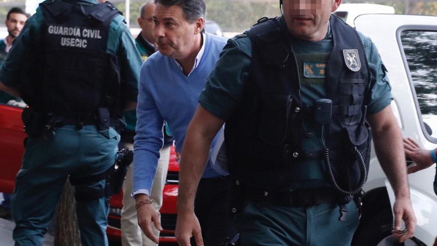 El expresidente de la Comunidad de Madrid, Ignacio González, llega a su despacho escoltado por agentes de la Guardia Civil tras su detención