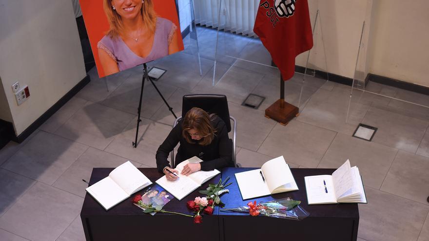 Susana Díaz, en la capilla ardiente de Carme Chacón.