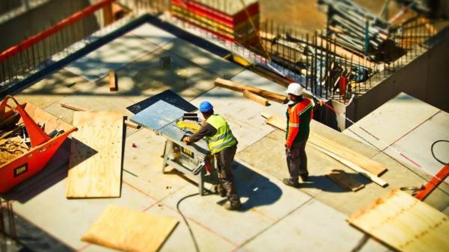 Dos operarios trabajan en una obra. | CANTABRISTAS