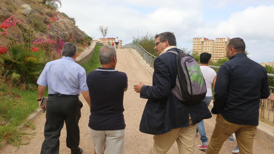 Vecinos y concejales pasean por Cruz de Piedra