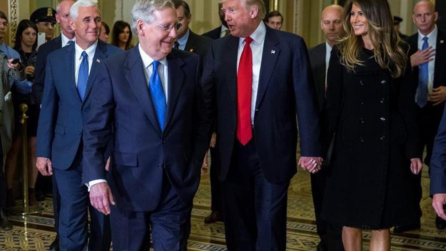 El presidente estadounidense electo Donald Trump (2d) y su mujer Melania Trump (d), junto con el vicepresidente electo Mike Pence (i).