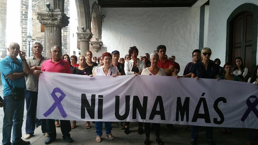 En la imagen, concentración, este martes, en memoria de Laura. Foto: LUZ RODRÍGUEZ.