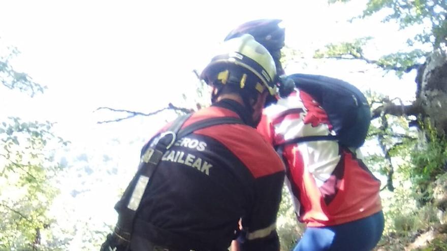 Herido leve un ciclista tras precipitarse por un talud de 10 metros en Artaza