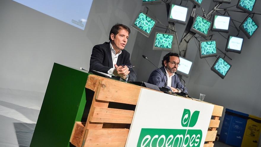 Óscar Martín (izquierda), consejero delegado de Ecoembes