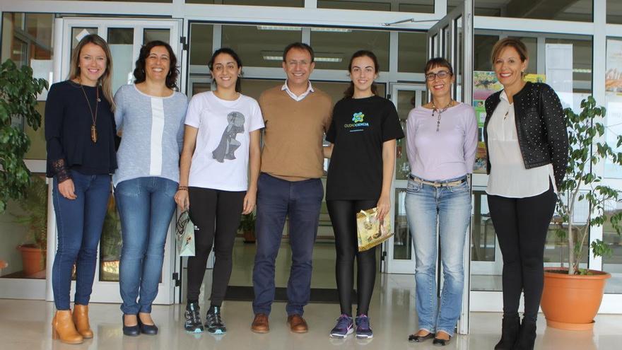 El alcalde y las alumnas premiadas (centro) con otros miembros del Ayutantamiento y docentes del IES.
