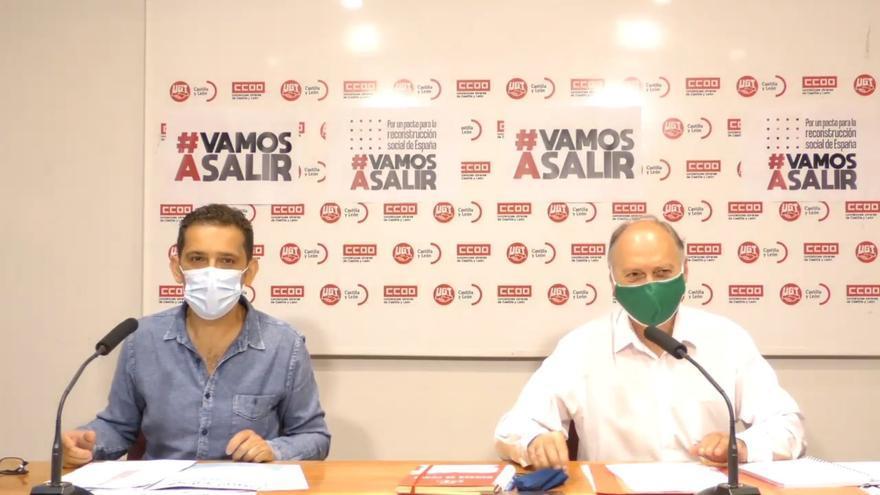 Los secretarios generales de CCOO y UGT, Vicente Andrés (i) y Faustino Temprano (d), respectivamente, con mascarillas antes de empezar la rueda de prensa.