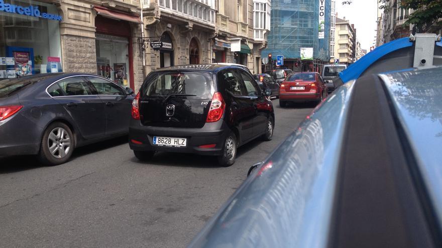 Varios vehículos circulan por una céntrica calle de Vitoria.