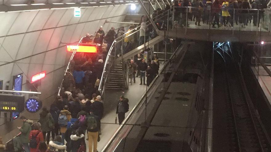 El metro de Bilbao abarrotado la mañana de este lunes, primer día laboral de cuarentena
