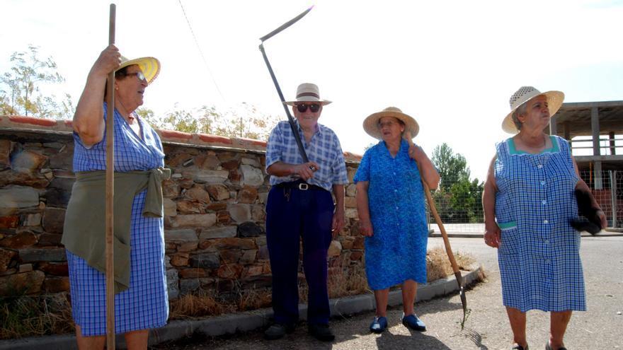Varios vecinos de Valdespino de Somoza en una hacendera.