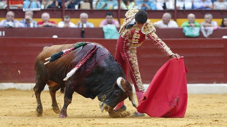 Un soberbio Juli, con 4 orejas y rabo, cierra con broche de oro la feria de Murcia