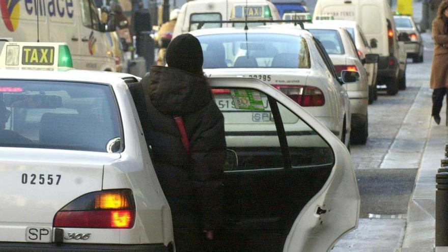 Un taxi coge un cliente en las calles de la capital | AYUNTAMIENTO DE MADRID
