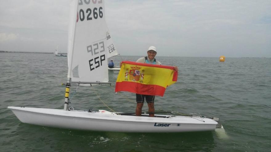 Joel Rodríguez, tras proclamarse campeón, este viernes en Murcia. (Real Club Náutico de Gran Canaria).
