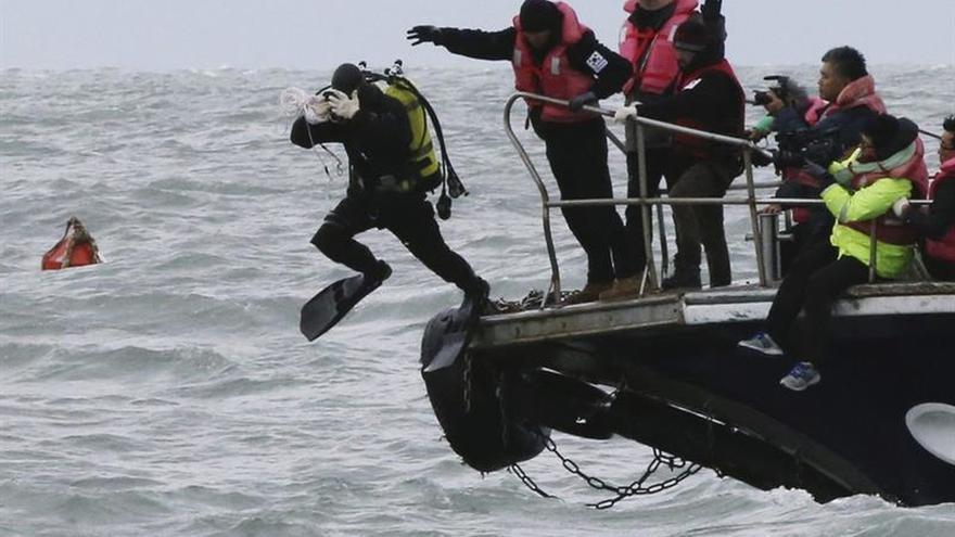 La rotura del casco retrasa el reflote del buque surcoreano hundido en 2014