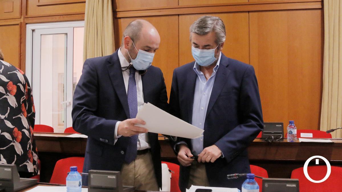 El concejal de Recursos Humanos, Bernardo Jordano, y el portavoz del PP, Miguel Ángel Torrico, en el pleno ordinario de septiembre en el Ayuntamiento