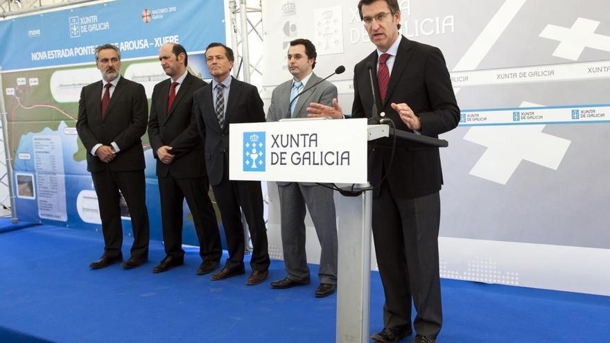 Feijóo,inaugurando unas obras en 2011 con el entonces conselleiro de Infraestruturas
