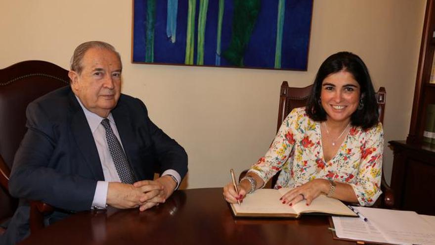 Jerónimo Saavedra y Carolina Darias, esta jueves, en la sede principal del Diputado del Común en Santa Cruz de La Palma.