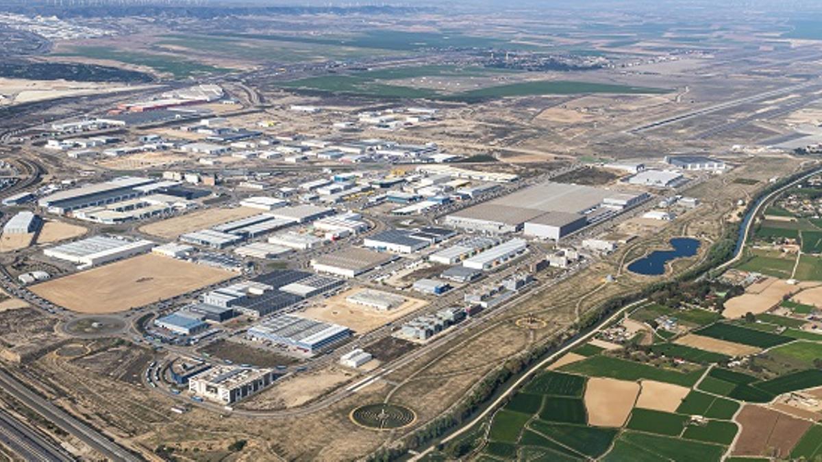 Imagen aérea reciente de Plaza. A la dcha, junto al largo, el enorme almacén de Inditex junto a las parcelas que ha comprado recientemente.