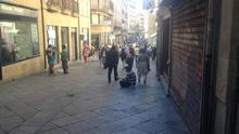 Un mendigo pide en una de las calles céntricas de Salamanca, junto a su Plaza Mayor.