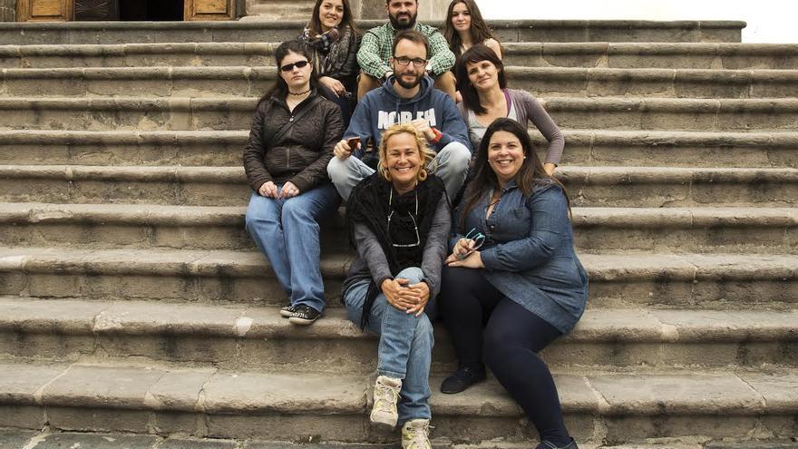 En la imagen, los siete alumnos del último curso del Ciclo Formativo de Grado Superior de Fotografía de la Escuela de Arte Manolo Blahnik y la profesora del Departamento.